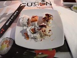 Piatto con vari assaggi di sushi prima da guardare e poi da gustare