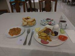 Petit déjeuner enfin assez copieux hôtel balikcilar Konya Turquie