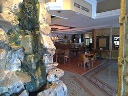 Partie salon a découvrir avec endroit pour se poser et bar hôtel balikcilar Konya Turquie
