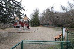 Au prolongement de ce square, il y a un parking gratuit et une aire de jeux pour enfants.