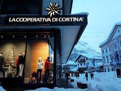 La Cooperativa di Cortina, in veste invernale, nel cuore di Cortina d'Ampezzo.