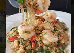 Glass noodles with Cha-om and prawns