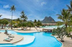 Swimming Pool and Manuia Bar, the pool bar of the resort / Piscine de l'hôtel et le Manuia Bar