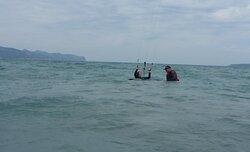 clases de kitesurf en Mallorca alumno y profesor de kite