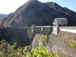 岡山県高梁市の成羽川に建設されたダムです。
