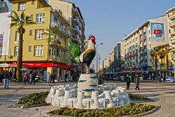 Pamukkale travertenleri üzerine yapılmış cam horoz heykeli.