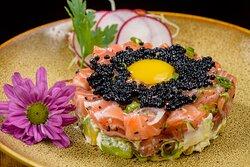 Tartare de salmão ou atum: Cubos de peixe, mousse de abacate e ovas. Finalizado com ovo de codorna