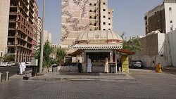 Al Ma'amar Mosque横の通りに面した場所