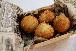 Croquetas de jamón ibérico y de pollo en pepitoria. ¡Elige tus favoritas! (4 uds./ración)