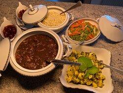 Essen wie bei Oma! Burgunderfleisch, Rotwein-Schalotten, Spätzle, Kräuterkartoffeln, buntes Buttergemüse