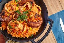 Frutos do Mar Comodoro: Arroz cremoso de pimentão vermelho e parmesão com camarão , polvo e anéis de lula grelhados.