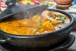 Muqueca de Peixe com Camarões (Filé de pescada amarela. Acompanha arroz, pirão de peixe e farofinha de manteiga da terra.)