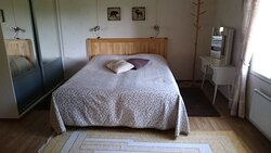 The bedroom in the vacation house has twin beds, so it is possible to keep them also separated.