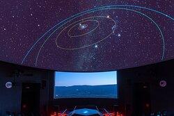 """Planetari multimèdia digital amb una cúpula mòbil de 12 de metres de diàmetre, on es realitza el passi del nou espectacle """"We are Stars - Som Estrelles"""" on descobrirem com nosaltres i tot el que ens envolta està fet del material produït a l'interior dels estels."""