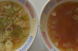 丼ものを頼むとスープが付いてくる しかもその器はラーメン丼 左がスープ、右がラーメンスープ 丼もののスープはラーメンスープより煮干しを強めに効かせてあるとのこと これでラーメンを食べたいぐらい美味しい
