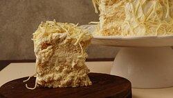 O carro chefe da casinha: torta de leite ninho tradicional. Ela contém camadas de pão de ló bem fofinhas e molhadinhas e recheio de creme de leite ninho, com a finalização de raspas de chocolate branco
