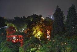 Úžasný výhled na noční Hanoj ze 3. patra Highlands Coffee