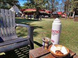 Arrancamos con el desayuno: medialunas, café y termo para el mate.