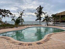 Hòn Cau Resort - Restaurant. Với những tiện nghi chất lượng đạt chuẩn: Khu nghỉ dưỡng, Nhà hàng, Hồ bơi, Bãi biển, Wifi miễn phí, Bãi đỗ xe miễn phí....Địa điểm dừng chân lý tưởng cho bạn.