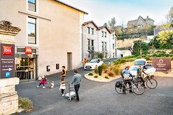 entrée hotel ibis Sarlat, parking, local à vélo