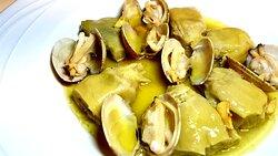 Alcachofas de Tudela con almejas finas de Galicia.