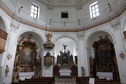 修道院付属の聖母教会 Liebfrauenkircheの内部。正面に祭壇、その左手に講壇 Pulpit。