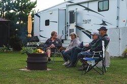 Avec ou sans services, nos emplacements de camping sont situés dans un décor enchanteur, en plein cœur de la forêt boréale et aux abords de la rivière Ashuapmushuan, au Saguenay–Lac-Saint-Jean.