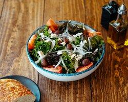 ¿Quieres comenzar con un platillo ligero? Pide nuestra ensalada griega con Mix de lechugas, gajos de tomate bola, aceitunas negras, vinagreta de balsámico y yoghurt natural
