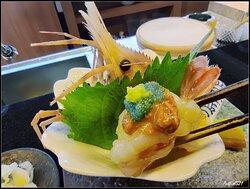 北海道牡丹蝦,單看蝦頭上綠色蝦膏同蝦子,就已經好吸引。牡丹蝦都幾大隻,吃上口都啖啖肉,還有牡丹蝦滿滿膠質,蝦膏和蝦子同吃鮮味十足,能吃上絶對是幸運。