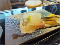 蜜柑鯛,日本人用上蜜柑的果皮餵魚,養出了魚肉帶有橘香的蜜柑鯛,在電視節目介紹就看過,但這次真的是第一次能吃到。  完全真的驚喜萬分,沒想到一條白肉鯛魚,竟然吃到有蜜柑的清香味道,感覺自己真的幸運無比。