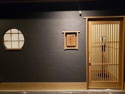 12月18日にオープンしたお寿司やさん。 アットホームな雰囲気の中にも高級感と上品さが同居する、そんな空間で美味しいお鮨を頂きました。