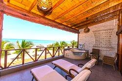 Terraza de suite matrimonial con tina hidromasaje. Ubicada en segundo piso y primera fila frente al mar.