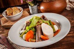Prato Frio: rosbife fatiado, alface, cenoura, vagem, tomate cereja, palmito e mussarela de búfala. Acompanha porção de torradas.