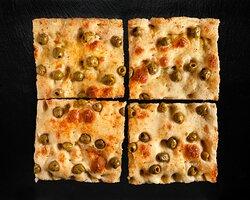 Pizza focaccia olive