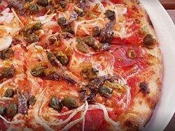Pizza-Salami,-Zwiebeln,-Sardellen-und-Kapern