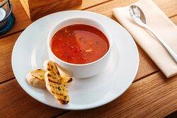 Zupa rybna w aromacie pomidorów z ziołową grzanką