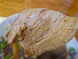 真宮ブラック チャーシューで塩梅を調節する、いさみ、天高盛スタイルの食べ方推奨。 しっかりした噛みごたえと肉味。 少し辛みを残した刻みタマネギがいいアクセント