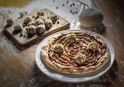 Pizza Palha Italiana com ganache de chocolate e brigadeiro gourmet e caramelo toffee salgado