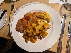 Saftiges Wiener Schnitzel mit Bratkartoffeln und Preiselbeeren