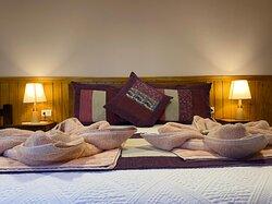 Habitación doble matrimonial, acogedora con un baño limpio y lujosas almohadas ❤