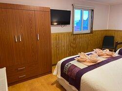 Habitación triple, acogedora con un baño limpio y lujosas almohadas ❤