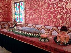 Царские палаты в Коломенском кремле. На столах яства на самый изысканный вкус.