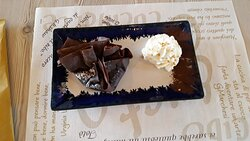 dolce, fagottino di pere e cioccolato
