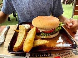 La hamburguesa se ve chica... pero no lo es. Las papas son las gigantes.