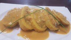 Calamar relleno de sus patitas, gambas y huevos de choco con salsa de marisco