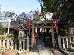 神社南側の石鳥居、出たとこが大きな公園になっていて、公衆トイレもあります