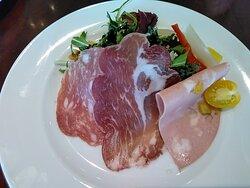 前菜の3種生ハムが美味しいです(^~^)