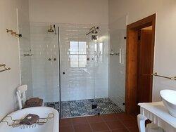 Room 1 bathroom / shower