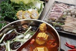 Nhà hàng phục vụ món ăn đa dạng từ Á đến Âu đáp ứng được nhu cầu đa dạng của thực khách.