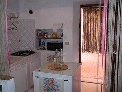 Casa Vacanze - le corti di aloa - cucina con uscita diretta sotto il portico